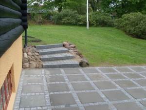 Københavnerbelægning med betonflise 50x50cm, samt lys portugisisk chaussesten.