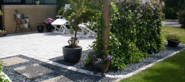 Billede af terrasse med holmegaardsfliser og læhegn.