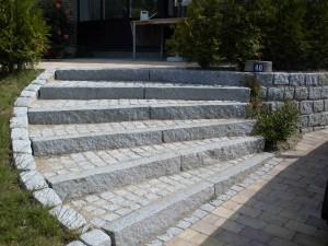 Trappe af lys portugisisk granit, samt søttemur i tilsvarende materiale.
