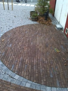 Siddeplads i brune murstensklinker.